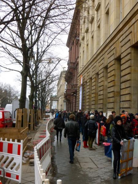 Schlange vor der Deutschen Bank